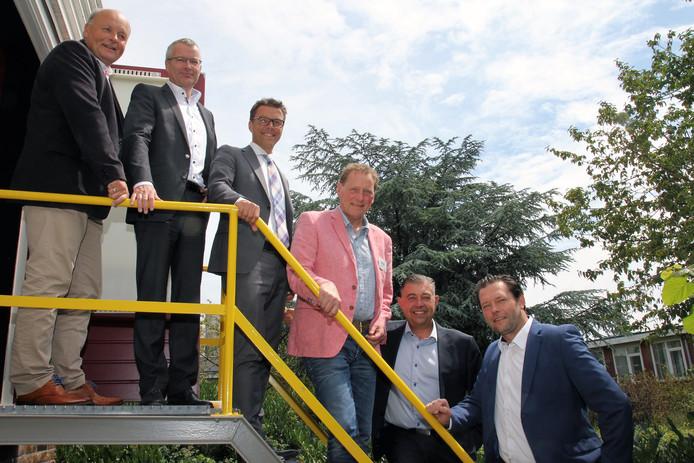 Vertegenwoordigers van de zes partijen, die de intentieovereenkomst voor het warmtenetwerk in Hardenberg hebben ondertekend.