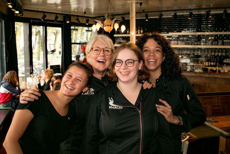 """Lena, Ann, Siska en Eline in Bar Marcel: """"Na het werk gaan we geregeld eens shoppen of samen iets eten."""""""