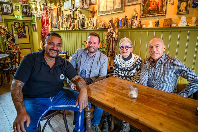 Haroun Hijman, Wouter Christiaens, Helena Hurkmans en René Hagenaars (vlnr) willen oudere lhbti'ers meer met elkaar in contact brengen. Dat gebeurt voor het eerst op zondag 17 november.