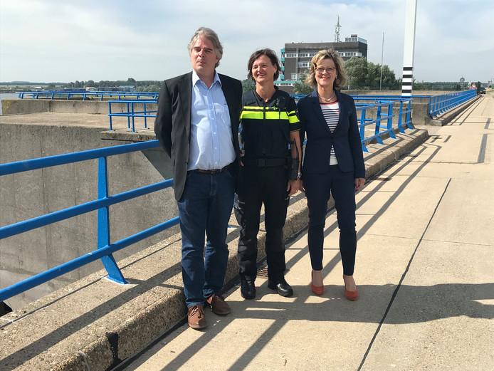 Projectleider Peter de Ruiter, teamchef Annet de Jonge en burgemeester Ada Grootenboer
