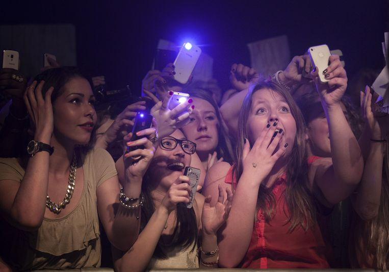 Tienermeiden bij een optreden van jongensband B-Brave in Leeuwarden. Beeld Laurens Aaij/hollandse hoogte