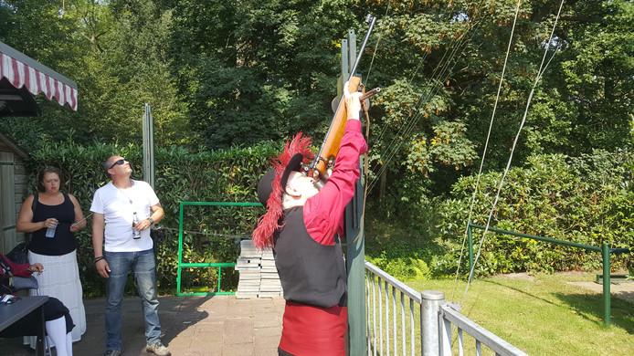 Thijn van de Sande schiet op de houten vogel in de Schutsboom.