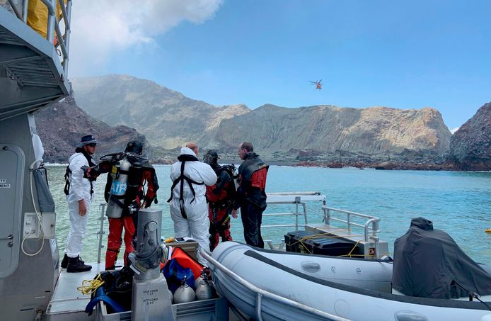 Des plongeurs de la police se préparant à fouiller les eaux, au large de la côte de Whakatane, en Nouvelle-Zélande.