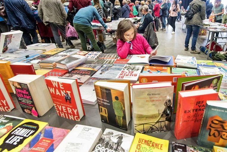 Bij de anarchistische boekenbeurs worden er ideeën opgedaan. Beeld Karina Brijs
