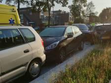 Ravage in Enschede: bestuurder ramt vier geparkeerde auto's