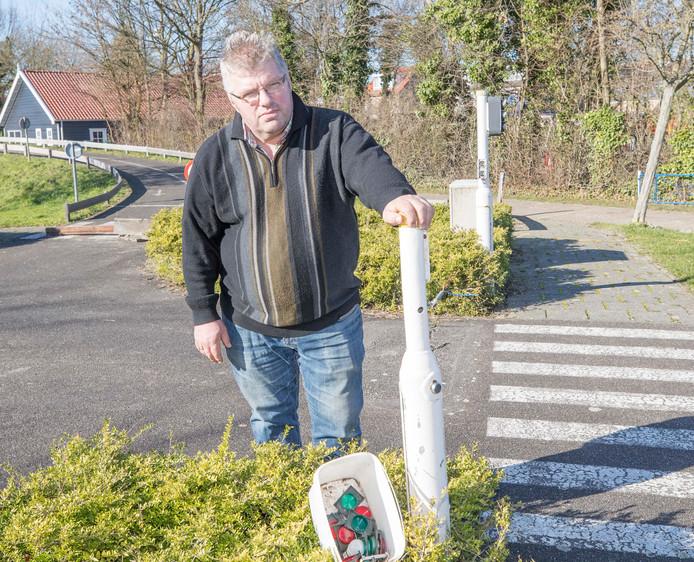 Sam van Gurp bij een vernield verkeerslichten in speeltuin De Vluchtheuvel in Nieuwdorp