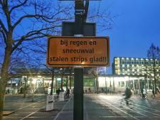 Gemeente Enschede waarschuwt voor gladde, stalen strips op Stationsplein