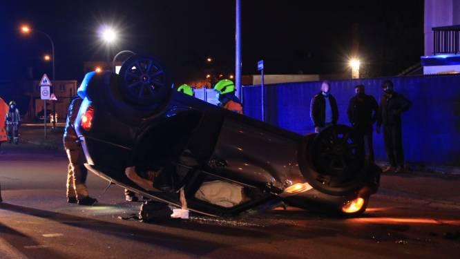 Auto over kop na aanrijding met geparkeerde wagen in Sint-Amelbergalaan