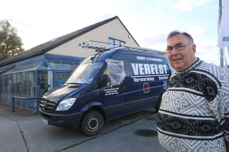 Zaakvoerder Florent Verelst bij de bestelwagen die werd leeggeroofd.