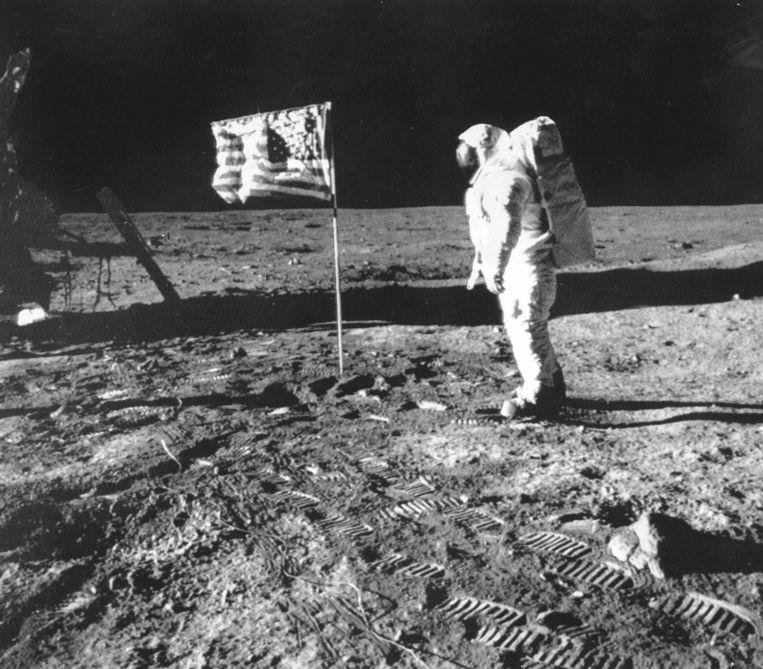 Neil Armstrong op de Maan en naast de Amerikaanse vlag. Beeld ANP