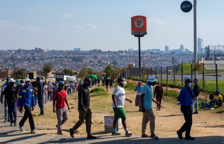 Zuid-Afrikanen in de rij om te gaan shoppen.