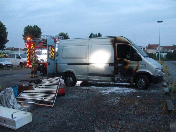 De bestuurderscabine van de bestelwagen brandde uit.