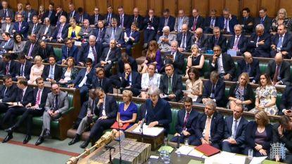 De regering strompelt verder: May wint nipt stemming in parlement, maar buigt voor brexiteers