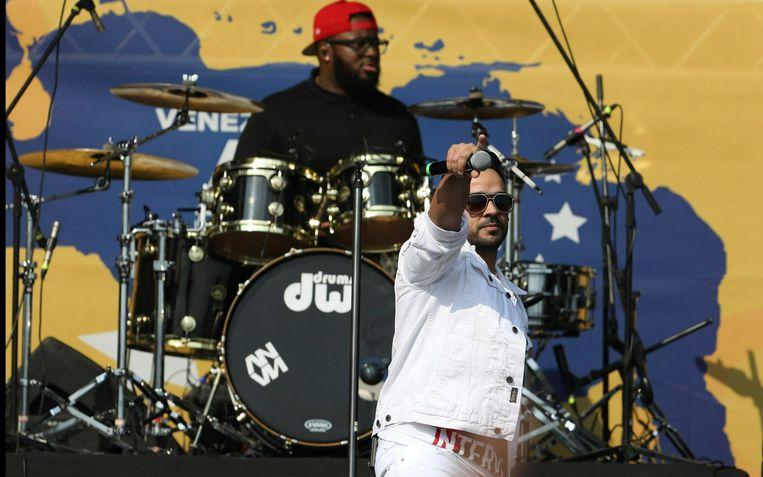 De Puerto Ricaanse zanger Luis Fonsi tijdens zijn optreden op  Venezuela Aid Live.