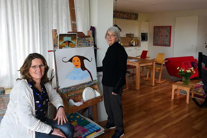José Muller van Residentie Kroeven in Roosendaal (links) in het appartement van Addie Meeuwissen, oud-verpleegkundige en beeldend kunstenaar. Addie (76) is erg happy in de kleinschalige particuliere zorginstelling.