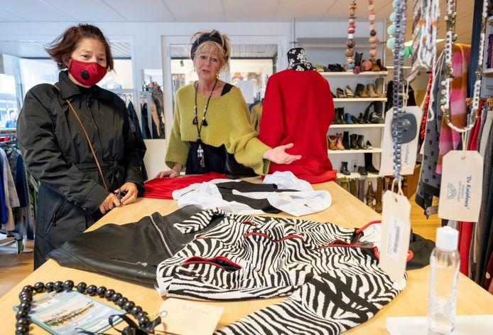 Joyce Robbers (links) wordt in de Knipbeurs in Vlissingen geholpen door Conny Geselle.