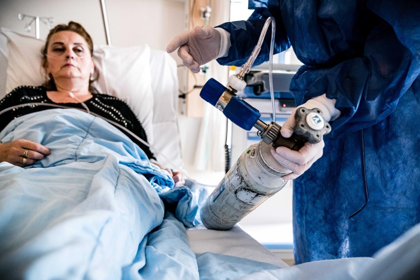 Een patient op de cohortafdeling van het Catharina Ziekenhuis in Eindhoven.