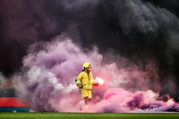 Een brandweerman op het veld van Anderlecht.