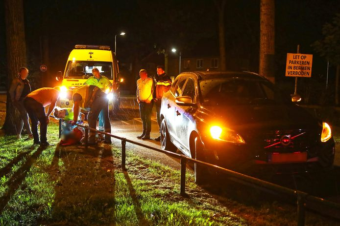 Fietsster ten val op Amsteleindstraat in Oss, slachtoffer naar ziekenhuis
