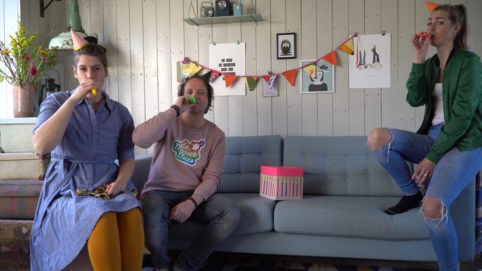 Kristel van Vliet, De Muziek Mees en Sandra Drenthe leren de kinderen van De Klinker de geheimen van de kazoo.