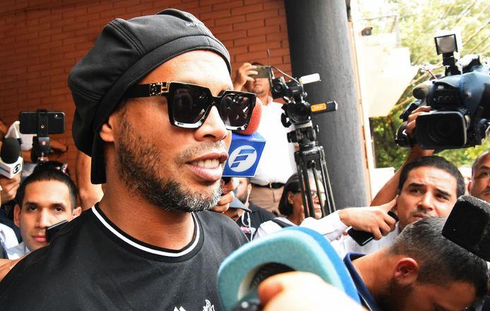 Ronaldinho donderdag bij het verlaten van het kantoor van de openbaar aanklager in Asunción na het afleggen van een verklaring.