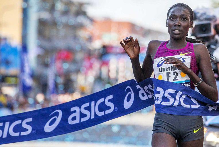 De Keniaanse atlete Linet Masai komt als eerste vrouw over de finish van de 30e editie van de Dam tot Damloop. Beeld anp