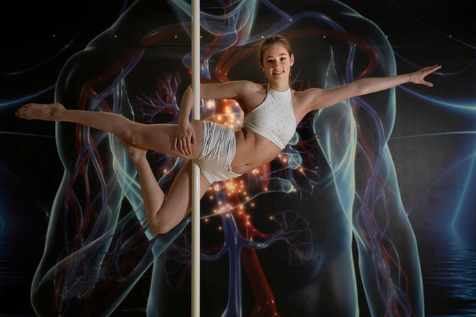 Op toernooien werkt Chloë Smeyers een minutenlange choreografie af.