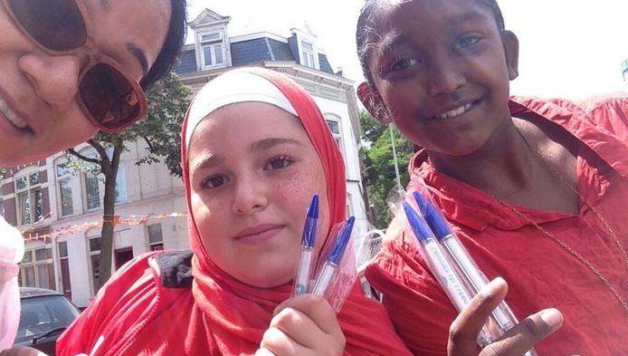 Shirin Musa, directeur van Femmes for Freedom, samen met twee meisjes en de spiekpennen