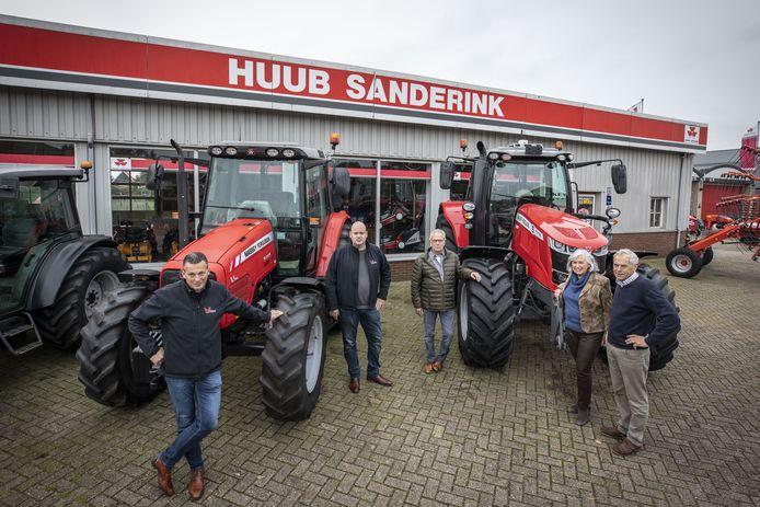 Landbouw- en mechanisatiebedrijf Huub Sanderink is overgenomen door Veldman uit Mariënheem. Op de foto vlnr: Gerard Hilhorst, Ramon Veldman, Herman Veldman, Brigitte Sanderink en Huub Sanderink.