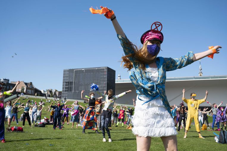 Demonstranten tijdens een actie van Extinction Rebellion op het Museumplein. Tijdens de Discobedience wordt al dansend actiegevoerd.  Beeld ANP