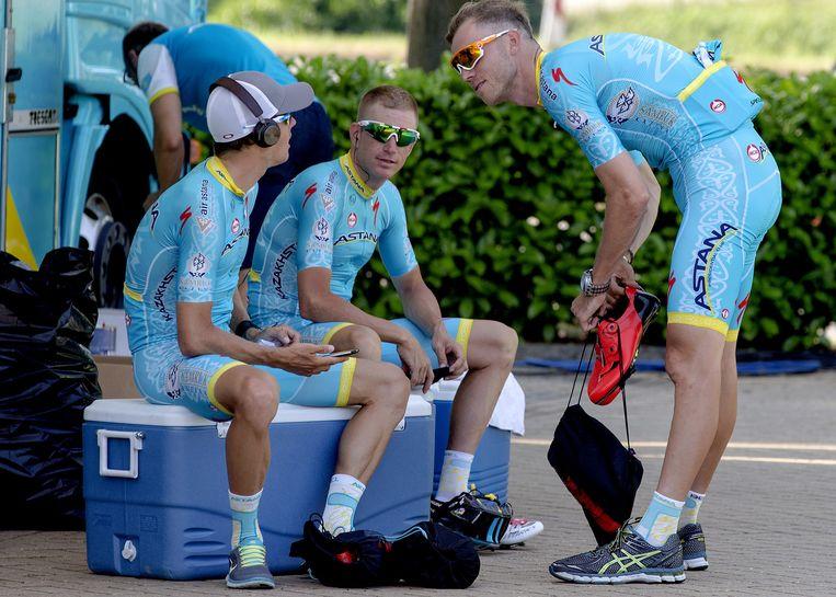Lars Boom (R) van de Astana ploeg maakt zich klaar om naar de start van de Tour de France te rijden. Midden ploeggenoot Lieuwe Westra Beeld anp