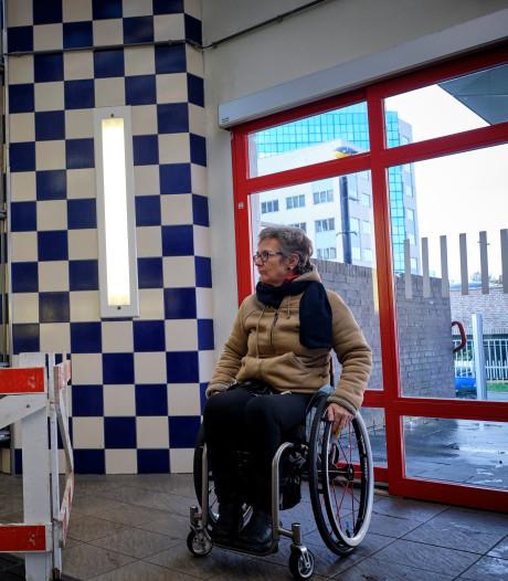 Stationslift Schiedam drijft verlamde vrouw tot wanhoop: 'Ik moest op m'n billen de koude trap af'