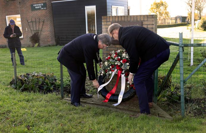 Burgemeester Gregor Rensen (l.) en wethouder Robert van der Kooi leggen een krans.