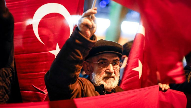 Een Nederlandse Turk demonstreert in Rotterdam. Beeld ANP