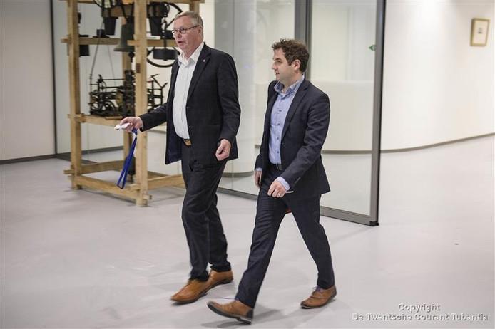 Voorzitter Herman Zwerink (links) van de PvdA Almelo na een spoedoverleg.