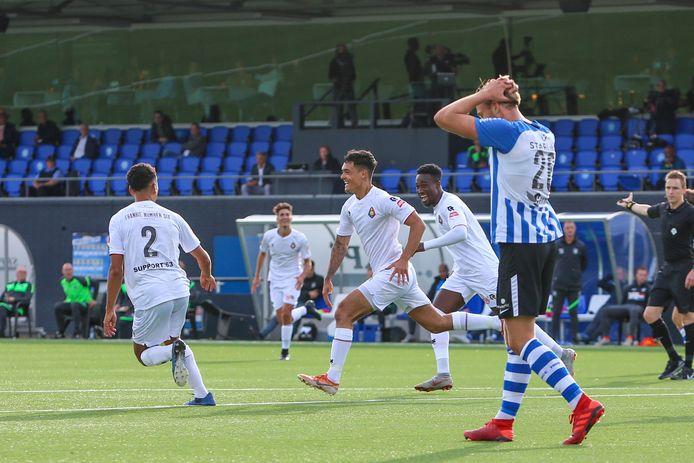 Shayne Pattynama viert zijn tweede doelpunt, de Eindhovenaren balen.