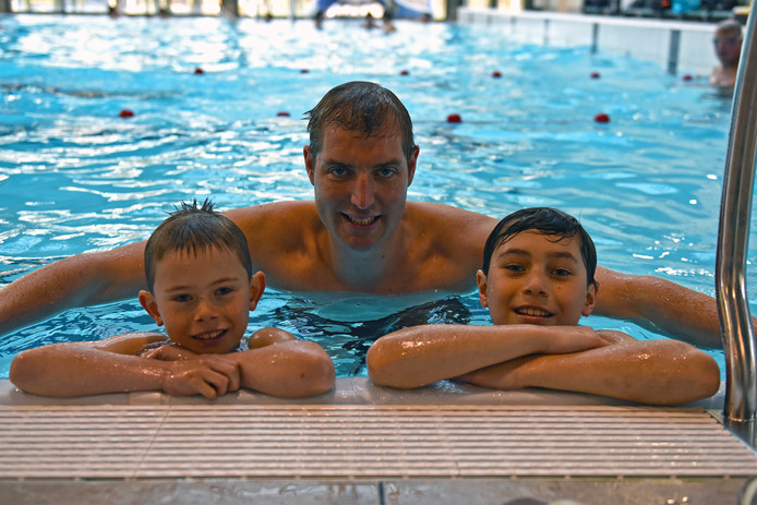 Even uithijgen na de eerste gezwommen baantjes. Deen (l) en Moos (r) zwemmen op 22 juni een stuk met Maarten mee om hun zieke zusje Puck te steunen.