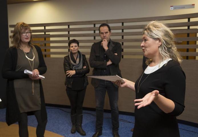 Wethouder José Oosthoek (rechts) geeft met de petitie in de hand uitleg over het beleid aan vlnr Anja Woudenberg, Jolanda Bruijnes en Marcel Lötters.