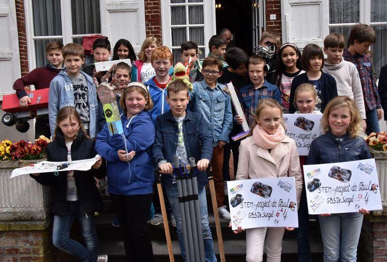 Leerlingen van het vierde en het vijfde leerjaar met hun uitvindingen.