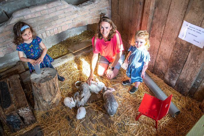 Kampeerboerin Sentine Williams-Kodde met Olivia en Linn (r), twee kinderen van campinggasten.