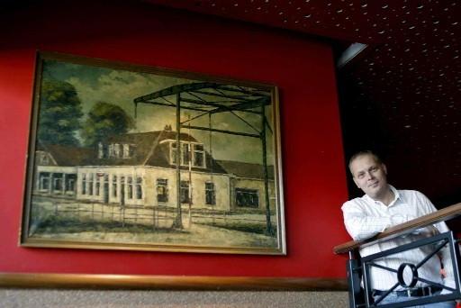 700b546e033 Harold Oosterlaar bij het schilderij dat voormalig boekhouder en  amateurkunstenaar Hoppen maakte van De Leeren Lampe