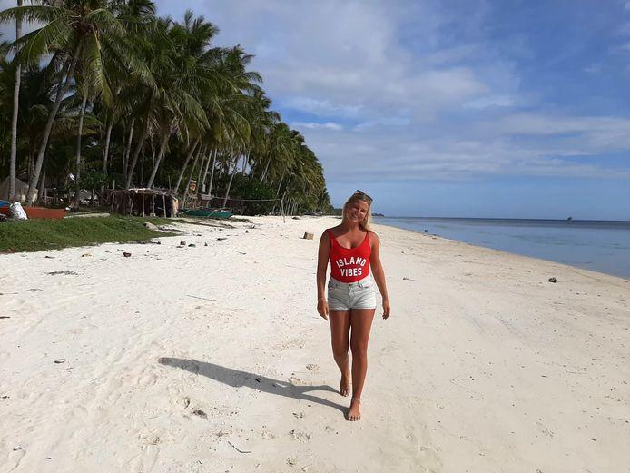 Indy Zonnevijlle poseert op het strand op de Filippijnen. ,,De allermooiste ter wereld.''