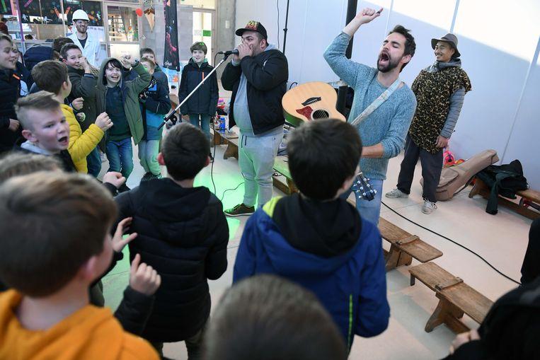 De leerlingen leren beatboxen van beatboxer Ferdie en genieten van een optreden van muzikant Arne