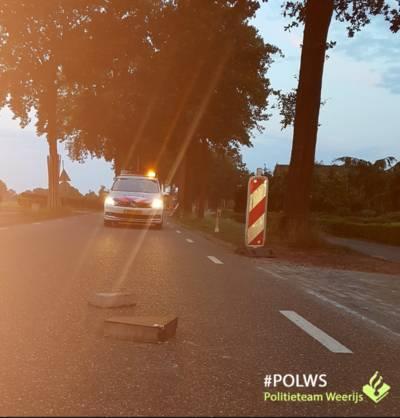 Politie botst met auto bijna op betonblokken in Zundert: 'Je bent niet goed wijs'