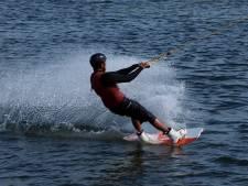 Nog een watersportongeluk op de Maas, tiener botst tegen paal bij Veen