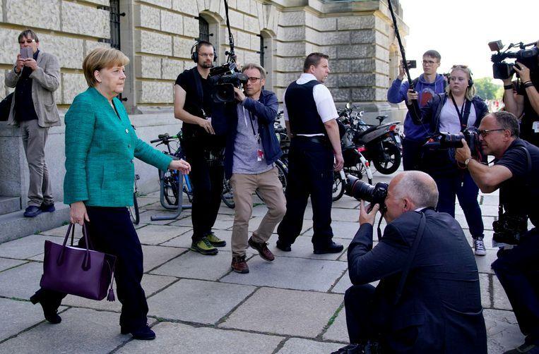 Angela Merkel verlaat het Duitse parlementsgebouw. Beeld EPA
