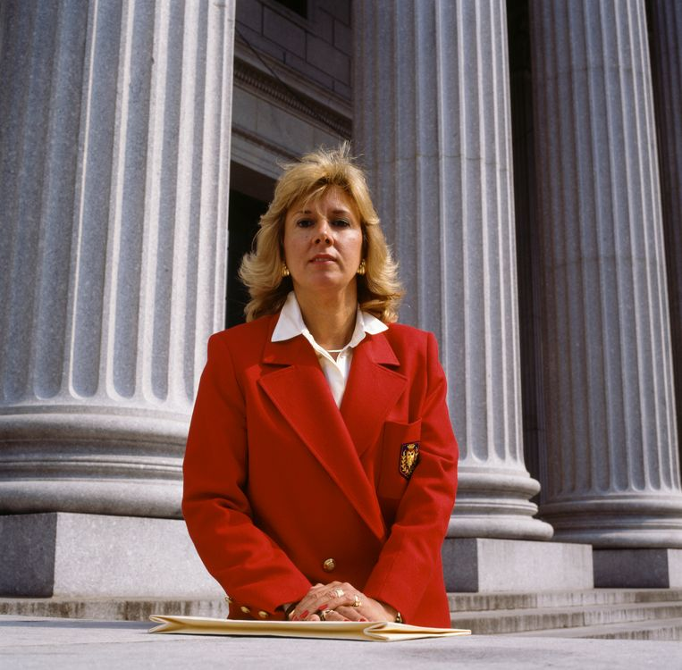 Linda Fairstein buiten het United States Courthouse in Manhattan, New York City, circa 1990.