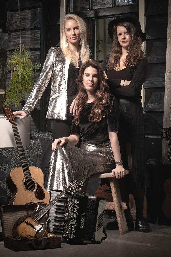 Yvonne, Amanda en Daphne (vlnr) zijn samen SYA en zingen beroemde liedjes en eigen composities, terwijl ze zichzelf begeleiden op diverse akoestische instrumenten.