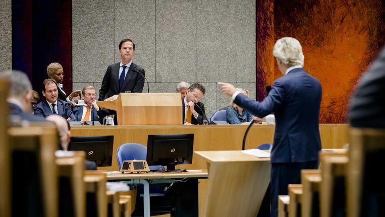 Rutte staat tegenover Wilders tijdens de APB. Beeld anp