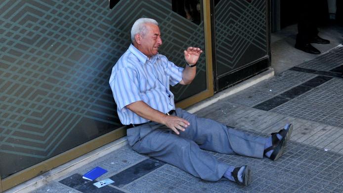 De 77-jarige Chatzifotiadis barstte in tranen uit toen hij zijn geld niet kreeg